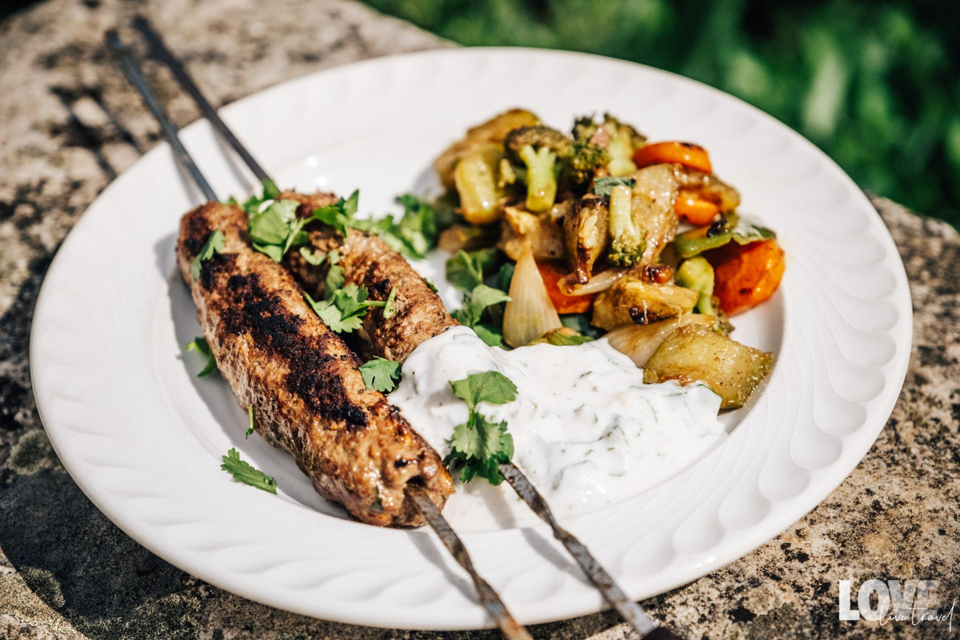 Recette des brochettes de kefta, sauce blanche et légumes sautés