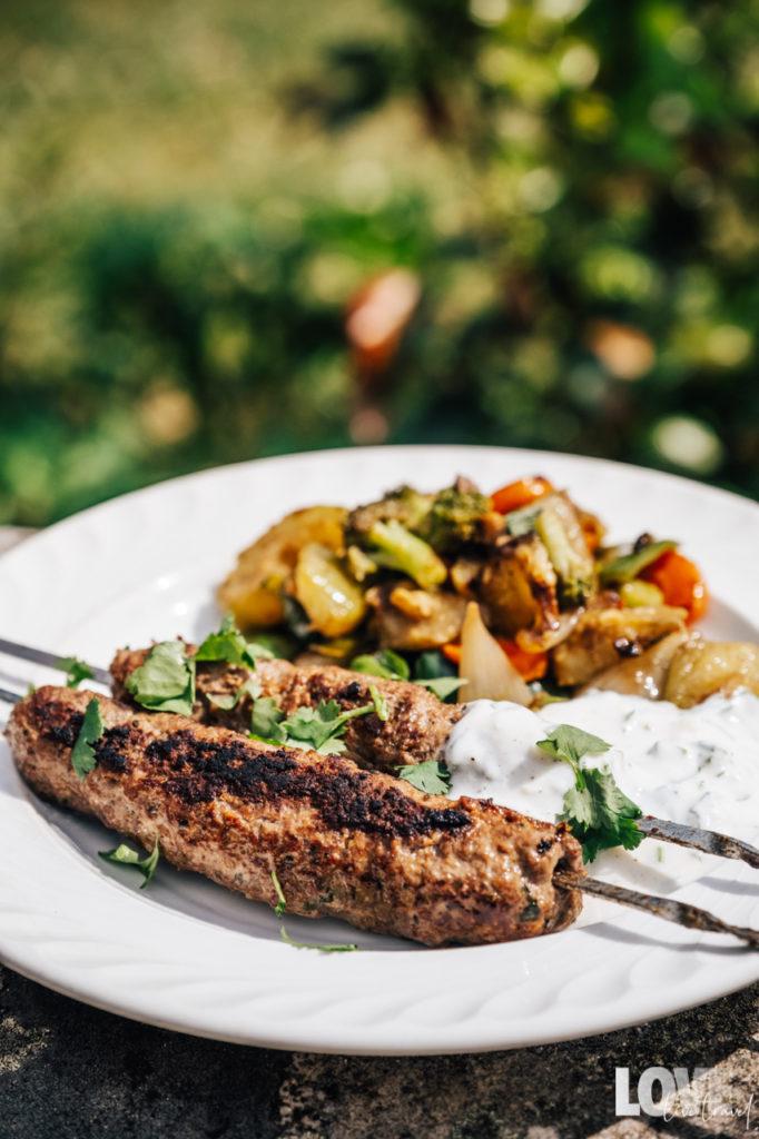Recette des brochettes de kefta, sauce blanche et légumes sautés blog voyage lifestyle lovelivetravel